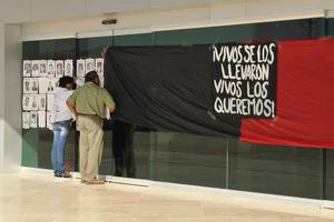 """1 de diciembre   Protesta. Durante seis horas permaneció """"tomada"""" la sede de la Presidencia Municipal de Torreón como resultado de la manifestación que llevaron a cabo grupos estudiantiles, magisteriales y organizaciones civiles."""