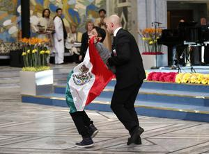 El activista siguó mostrando la bandera mexicana mientras era retirado del lugar.