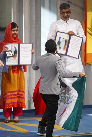 De pronto el individuo se aproximó al templete, hablando directo a Malala, aunque no se ha podido saber que era lo que demandaba.