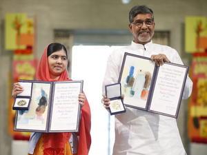 Malala y Satyarthi posaron con sus medallas y diplomas.