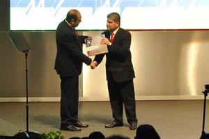 Al concluir su mensaje, entregó el documento que contiene el desglose de su Informe, al gobernador Rubén Moreira.