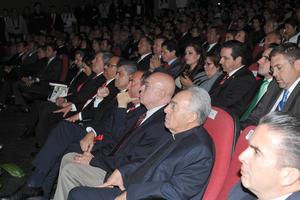 Ante el gobernador Rubén Moreira, políticos laguneros, empresarios y ciudadanos que se dieron cita en el Teatro Nazas, el edil inició su mensaje con motivo del primer año de su administración.