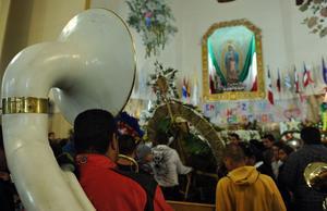 """Con banda, """"la morenita"""" fue alabada y se le cantaron las tradicionales mañanitas."""