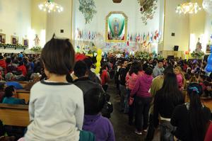 Chicos y grandes acudieron a la Parroquia para mostrar su respeto y agradecimiento a la Virgen.