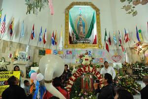 Al ritmo de música de banda cientos de laguneros que abarrotaron el interior de la Parroquia de Nuestra Señora de Guadalupe entonaron las tradicionales Mañanitas a la Virgen de Guadalupe.