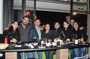 15122014 ENTRE AMIGOS.  Fabiola, Óscar, Andrés, Nadia, Rocío, Karina, Víctor y Leslie.
