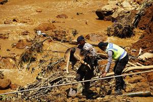13 de diciembre | Centenar de sepultados en Indonesia. Un alud de tierra sepultó a una multitud, al menos 19 personas perdieron la vida y otras cien continúan desaparecidas bajo toneladas material.