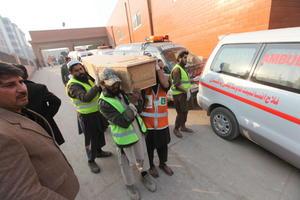 Las cadenas de televisión locales emitieron imágenes con escenas de caos alrededor del colegio con un gran número de soldados y ambulancias en el área cercana a la escuela.