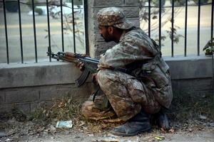 El Ejército paquistaní lanzó una operación para liberar la escuela, que se vio dificultada por los explosivos colocados por los atacantes en el interior, hasta que logró abatir a los siete insurgentes que quedaban atrincherados.