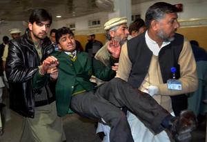 Los atacantes abrieron fuego y lanzaron granadas contra niños y profesores, mientras iban de clase en clase disparando a los estudiantes.