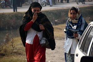 Un grupo de insurgentes vestidos con uniformes del Ejército entró en un colegio bajo control militar en Peshawar y dio comienzo a una jornada de terror en una escuela para estudiantes de primaria y secundaria.