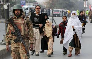 Un sangriento asalto talibán a una escuela de Pakistán causó hoy al menos 148 muertos.