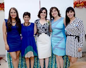 20122014 La futura contrayente disfrutó de un agradable momento con las anfitrionas de esta bonita celebración.