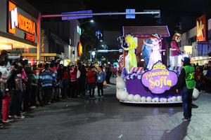Famosos personajes infantiles llevaron alegría a las calles de la ciudad.