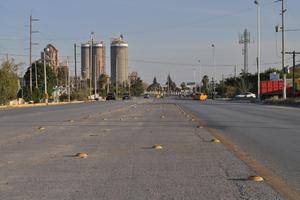 Años de falta de mantenimiento, han provocado el robo de boyas en el camellón virtual que se dejó en algunos tramos del bulevar Laguna en su primera etapa.