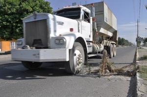 En el bulevar Laguna a la altura de la colonia Santiago Ramírez, el pavimento presenta daños.