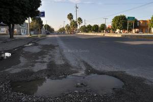 Severo deterioro en el pavimento se observa en algunos tramos del bulevar Laguna.