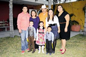 28122014 CELEBRA SU CUMPLEAñOS.  Jorge Gutiérrez Carrasco con su esposa Alma Leticia Martínez de Gutiérrez, hijos y nietos.