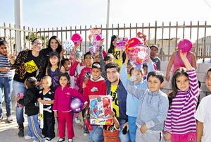 28122014 REPARTEN ALEGRíAS.  Integrantes de la Fundación Visión de Campeón, dirigida por Adoniram Martín del Campo, realizaron la colecta 2014 Un regalo por una sonrisa, en la que reunieron 300 juguetes que se repartieron en colonias de escasos recursos.