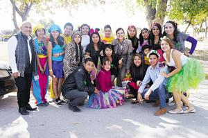 28122014 NOBLE LABOR.  Alumnos de reconocida universidad de la región llevaron regalos a niños del Centro de Atención Múltiple en el Ejido El Fénix.