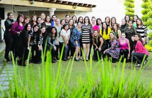 28122014 FIESTA DE CANASTILLA.  Marisol Escárcega de Becerra con sus amigas en el baby shower que le organizaron con motivo del nacimiento de su cuarto bebé.