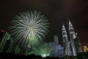 Fuegos artificiales dieron también la bienvenida al Año Nuevo frente a las torres Petronas en Kuala Lumpur.