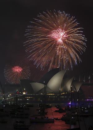 Más de 1.5 millones de personas se congregaron junto a la célebre bahía de la ciudad para ver el espectáculo de luces sobre el Harbour Bridge, la Opera y otros puntos sobre el agua.