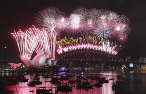 Sydney, que se enorgullece de ser una de las primeras ciudades grandes en el mundo en saludar el Año Nuevo, recibió el 2015 con el estilo deslumbrante que la caracteriza: un espectáculo de fuegos artificiales que incluyó una palma dorada y plateada.