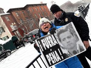 En un día gélido y nevado, los activistas se congregaron ante la residencia presidencial donde el presidente Barack Obama recibió a Peña Nieto.