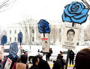 Cerca de medio centenar de manifestantes se concentraron ante la Casa Blanca para protestar contra el presidente mexicano, Enrique Peña Nieto, y exigir respuesta ante la desaparición de 43 estudiantes en septiembre pasado.