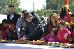 En su lugar, el alcalde Miguel Riquelme presidió la repartición de rosca en tres colonias de la ciudad.
