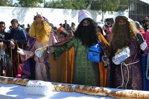 Vecinos de colonias de Torreón y Gómez Palacio se unieron a los festejos de Día de Reyes y degustaron la tradicional rosca ofrecida por autoridades municipales.