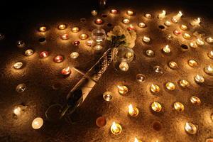 Las reacciones mundiales siguieron y un grupo de personas encendió velas durante una manifestación en solidaridad a las víctimas, cerca de la embajada de Francia en Túnez.