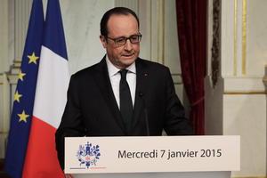 """En su mensaje, de cuatro minutos de duración, Hollande afirmó que con el atentado de este miércoles contra el semanario """"Charlie Hebdo"""", """"Francia fue atacada en su corazón"""" y en los principales """"valores que defiende de libertad y justicia""""."""