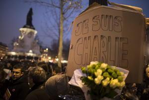 Un grupo se manifestó para condenar el ataque contra la sede del semanario satírico francés en la Plaza de la República de París, Francia.