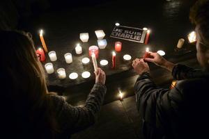 """Varias personas encendieron velas junto a una nota en la que se lee """"Yo soy Charlie"""" como muestra de condena al ataque contra la sede del """"Charlie Hebdo"""", en París."""