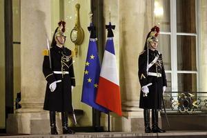 Banderas con crespones negros ondearon a media asta en el exterior del palacio del Elíseo en París, Francia, en memoria de las víctimas del ataque.