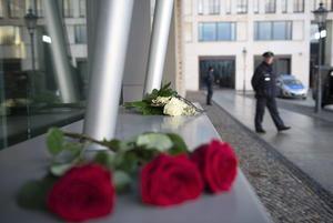 Tan pronto se conoció de la masacre, empezaron las reacciones en el mundo, como fue la colocación de ofrendas de rosas en el exterior de la Embajada francesa en Berlín, Alemania.