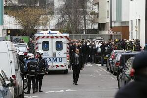 El ministro del Interior, Bernard Cazeneuve, había señalado horas antes que las fuerzas del orden buscaban a tres terroristas porque algunos testigos contaron haber visto a tres ocupantes en el coche con el que se dieron a la fuga.