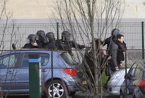 El secuestro se produce en el mismo momento que centenares de agentes de policía y gendarmes realizan un operativo en las afueras de París contra los dos presuntos autores del atentado del miércoles, que se encontraban atrincherados en una imprenta de un poblado.