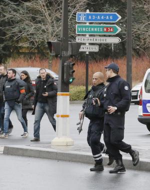 La policía instaló un fuerte dispositivo de decenas de agentes a la zona en la que se ubica el supermercado especializado en comida kosher, en el duodécimo distrito de la capital francesa.
