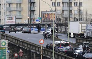 El secuestrador, identificado como Amedy Coulibaly, de 32 años, estaría vinculado a los dos presuntos autores del atentado contra el semanario Charlie Hebdo el miércoles en París y tendría antecedentes penales.