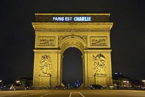 """El Arco del Triunfo se iluminó con la leyenda """"Yo soy Charlie"""", recordando a los fallecidos en el ataque al semanario francés."""