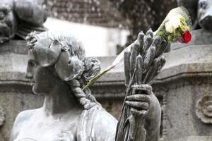 Monumentos y recintos oficiales se adornaron con flores ofrecidas a las víctimas.