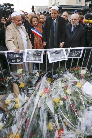 Ramos de flores fueron ofrecidos a cada una de las víctimas de los terroristas.