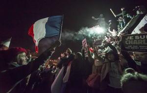 Los policías y gendarmes participantes en la manifestación de París, que estuvo vigilada por dos mil 200 agentes, fueron aplaudidos por los asistentes por su gestión de la crisis terrorista de los últimos días.
