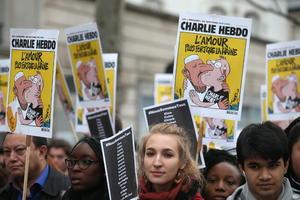 Caricaturas del semanario inundaron las calles en un llamado a la paz.