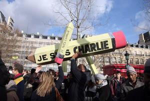 Los manifestantes reprobaron el atentado contra la libertad de expresión.