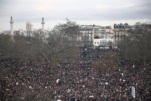 """En París los participantes desfilaron entre la Plaza de la República y la Plaza de la Nación, en una """"marcha republicana"""" sin precedentes a la que asistieron también medio centenar de líderes mundiales."""