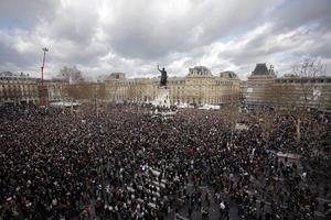 La manifestación, la más concurrida de la capital francesa desde la liberación de París en 1944 durante la II Guerra Mundial, comenzó con retraso por el gran número de participantes que bloquearon algunas de las principales avenidas del Este de París.